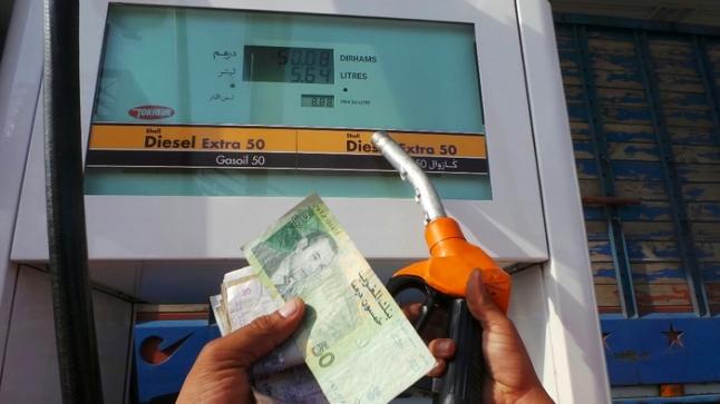 """أسعار النفط تنهار عالميا ومحطات البنزين بالمغرب تواصل """"نهب"""" جيوب المغاربة"""