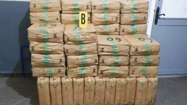 عودة للتفاصيل ، حجز أربعة أطنان و900 كيلوغرام من صفائح مخدر الشيرا المعدة للتهريب الدولي بأيت ملول