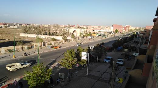 أزمة النقل بجماعة تمسية بين قلة الحافلات و غياب الطاكسيات وتزايد طلب المواطنين