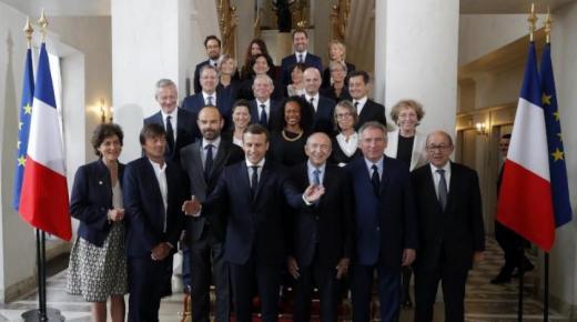 الحكومة الفرنسية تقدم استقالتها ، واسم رئيس الوزراء الجديد سيعرف في الساعات القليلة القادمة