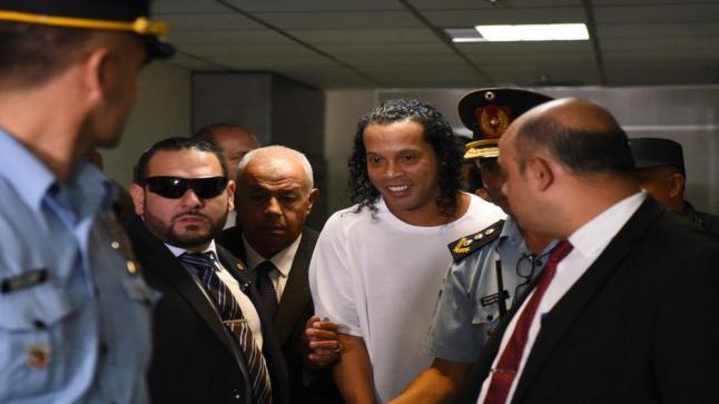رونالدينيو مسجون في الباراغواي بسبب اتهامه بتزوير جواز سفر