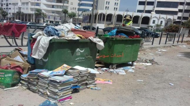 عرض كتب مدرسية أمام مزبلة في أكادير