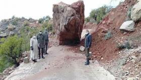 """صخرة تقطع الطريق ب """" أوكنز """" بآشتوكة آيت باها"""