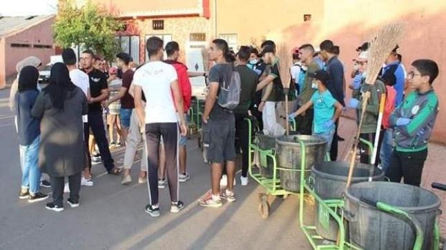 بالصور .. شباب يتطوعون لتنظيف مدينة أزيلال بدلا عن عمال النظافة