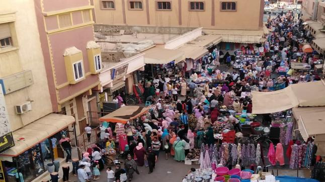 فوضى استغلال الملك العمومي تحول شارع التقدم بأولاد تايمة إلى سوق مفتوح