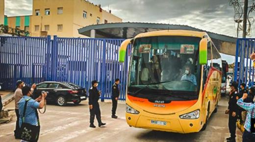 بالصور لحظة خروج المغاربة العالقين في مليلية المحتلة