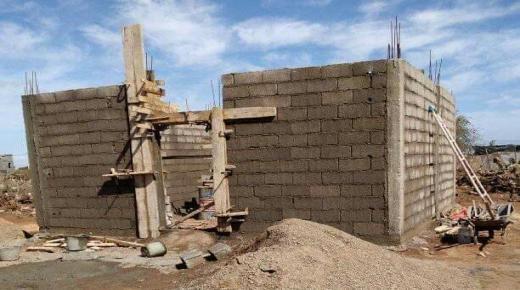 محسنون يتطوعون لبناء منزل لسيدة فقيرة بأولاد تايمة