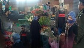 بالفيديو .. موقف إنساني مؤثر من رجال السلطة بسوق الأحد تجاه مسنة