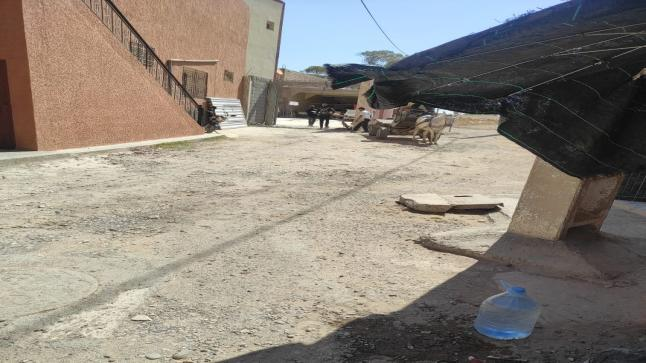 اقدام أحد الاشخاص على البناء العشوائي بكل اريحية يثير تساؤلات المواطنين بأولاد تايمة