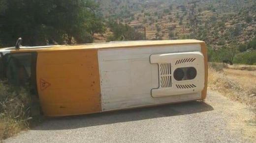 """إنقلاب خطير لسيارة """" النقل المدرسي """" نواحي مدينة تزنيت"""