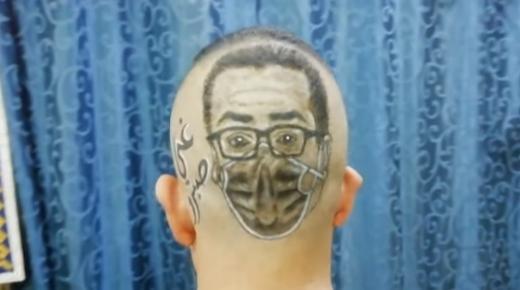 بالفيديو ،حلاق يبدع في رسم صلاح الدين الغماري على رأس زبونه.