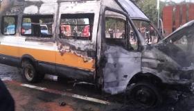 النيران تلتهم سيارة للنقل المدرسي