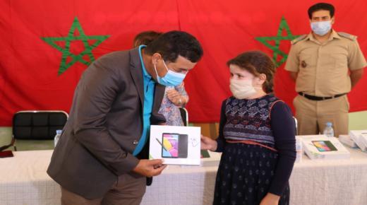 اليونيسيف تمنح لوحات إلكترونية لتلاميذ جماعة تغازوت