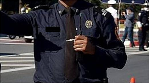 التحقيق مع شرطي واثنين من أبنائه في قضية تتعلق بعدم الامتثال وعرض مفرقعات مهربة للبيع