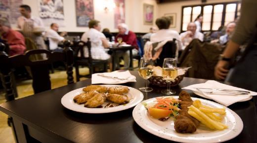 إسبانيا .. مقاهي ومطاعم برشلونة ومدريد تستقبل الزبائن (فيديو)