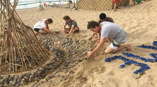 فرنسيون ينظفون شاطىء نواحي سيدي إفني
