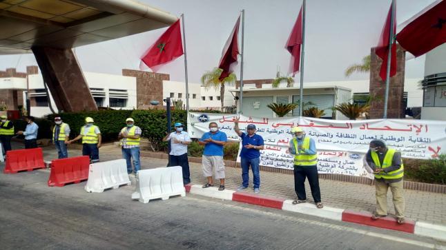 أكادير : عمال النظافة والصيانة يعتصمون امام مقر شركة الطرق السيارة في زمن كورونا
