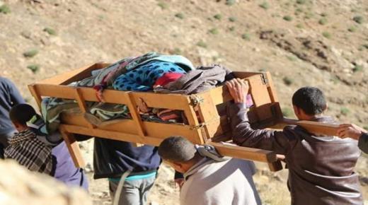 مواطنون يحملون إمرأة حامل على نعش الموتى نحو المستشفى