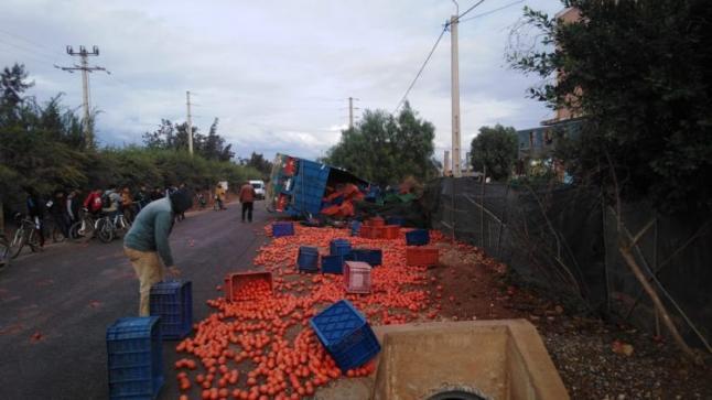 فوضى وعرقلة للسير باولاد داحو بعد انقلاب شاحنة محملة بالطماطم