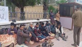 مهنيو قطاع النقل المزدوج يدخلون في إضراب عن الطعام أمام مقر عمالة تارودانت