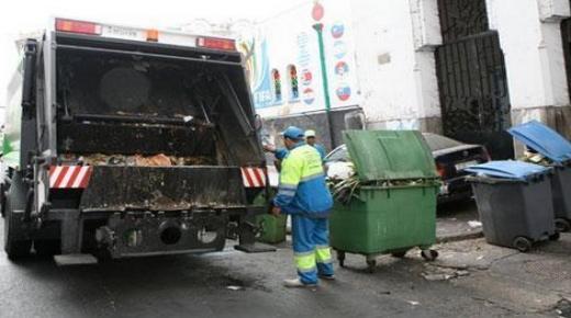 """عامل نظافة """" يسقط """" من شاحنة وسط مدينة تزنيت"""