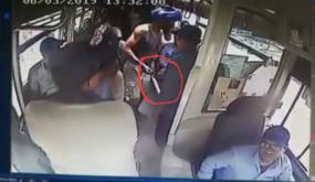 """فيديو : ظهور شخص يحمل سيوف داخل """" طوبيس """" بأكادير"""