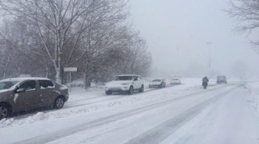 انقطاع حركة السير في الأطلس المتوسط بسبب الثلوج