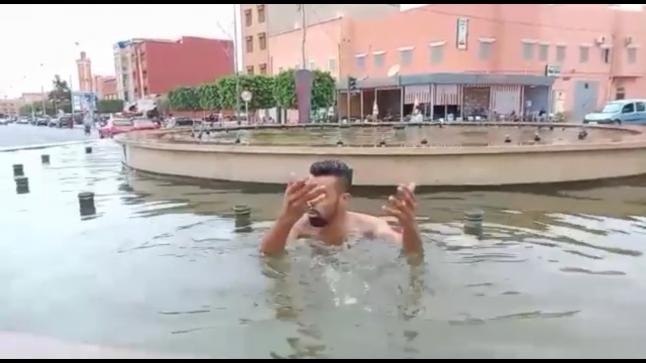 صور لشاب يسبح في نافورة بكلميم تجتاح المواقع
