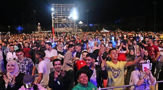 فيديو لجمهور اكادير يؤثت ساحة الامل في اليوم الاول من مهرجان تميتار