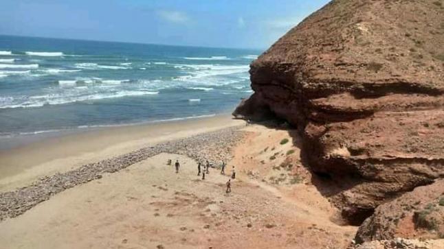 """شباب متطوع يعبدون طريق نحو شاطئ """" ميركو """" بسيدي إفني"""