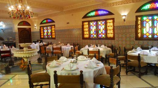 السماح للمطاعم والمقاهي بتقديم خدماتها الى غاية 11 ليلا