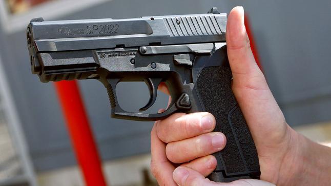 شرطي يضطر لاستعمال سلاحه الوظيفي بشكل تحذيري لتوقيف شخصين عرضا المواطنين لاعتداء خطير