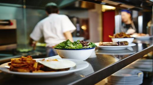 للمشغلين والعاملين بقطاع المطاعم هذه بعض التدابير الاستثنائية التي اقرتها الحكومة