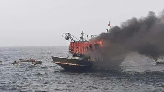 إندلاع حريق بمركب لصيد السردين قبالة ميناء العيون