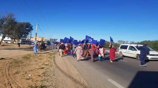 العاملات والعمال الزراعيون باشتوكة أيت باها يواصلون معركتهم بالاحتجاج رفضا للاعتداءات الجسدية و يحملون المسؤولية للسلطة المحلية
