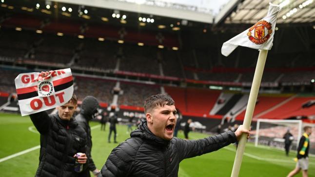 احتجاجات جمهور مانشستر يونايتد تتسبب في تأجيل مقابلة القمة ضد ليفربول