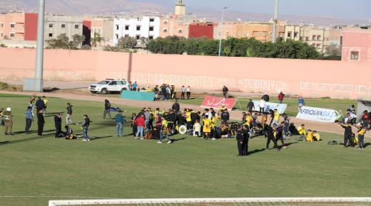 اعمال شغب توقف المباراة بين اولمبيك الدشيرة والمغرب الفاسي