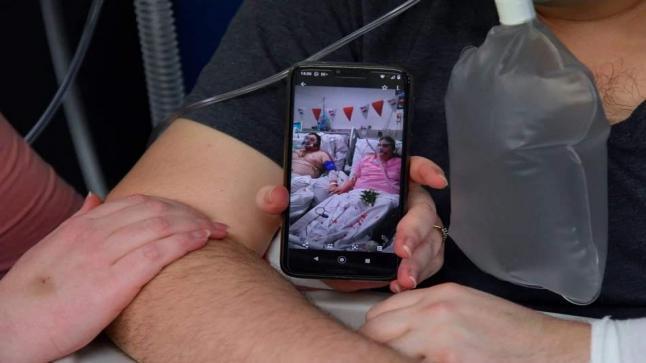 زواج بريطانيين مصابين بكورونا بمستشفى عزل