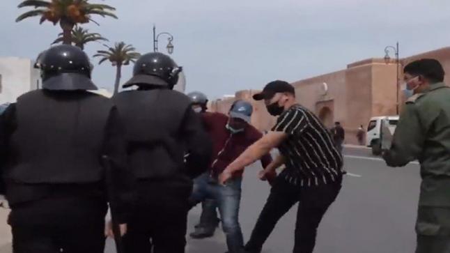 توقيف الشخص المشتبه فيه الذي ظهر في مقاطع فيديو وهو يعنف مشاركين في شكل احتجاجي بمدينة الرباط يوم الأربعاء المنصرم (بلاغ)