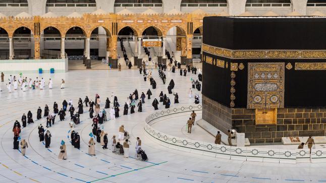 بشروط ، ومن هذا التاريخ السعودية تعيد فتح العمرة في وجه الغير مقيمين