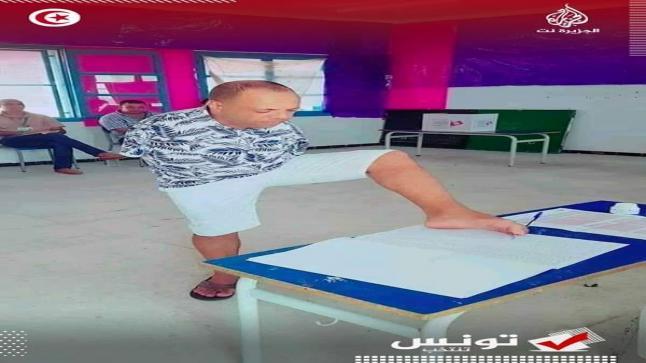 صورة لمواطن تونسي في وضعية إعاقة وهو يصوت تخلق الحدث في مواقع التواصل الاجتماعي وتكسب تعاطف المغاربة