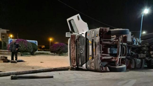 """خسائر في إنقلاب شاحنة """" رموك """" بمدينة أكادير"""
