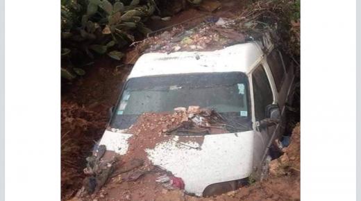 انقلاب سيارة النقل المزدوج بجماعة إجوكاك بسبب فيضان الشعاب وأنباء عن خسائر في الأوراح