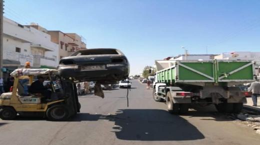 أكادير: تنظيف شوارع المدينة من السيارات المتخلى عنها