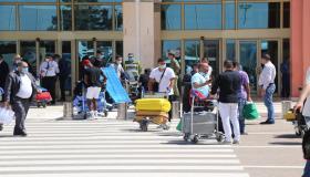 بالفيديو ، أجواء وصول أول طائرة للمغاربة العالقين بالخارج بمطار أكادير