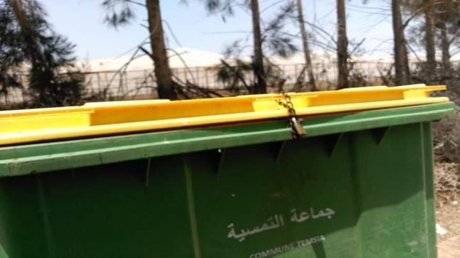 مواطنون يتساءلون من وراء إقفال حاوية للنفايات بجماعة تمسية