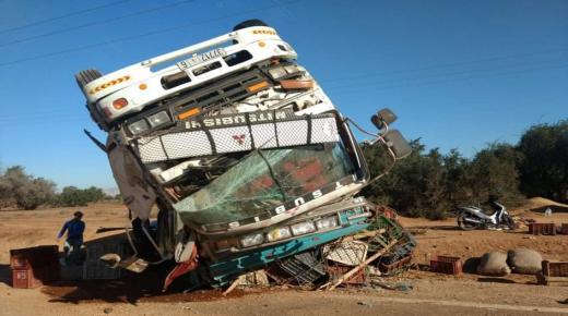 التجاوز المعيب يقلب شاحنة في آيت ملول