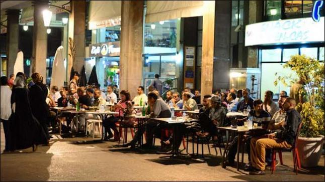 الحكومة تستعد لإعطاء الضوء الأخضر للمقاهي والمطاعم ومحلات الحلاقة لإعادة فتح أبوابها بعد العيد