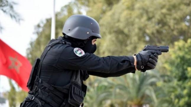 العيون.. مقدم شرطة يضطر لاستعمال سلاحه الوظيفي لتوقيف سائق سيارة عرض حياة المواطنين وعناصر الشرطة للخطر (بلاغ DGSN)